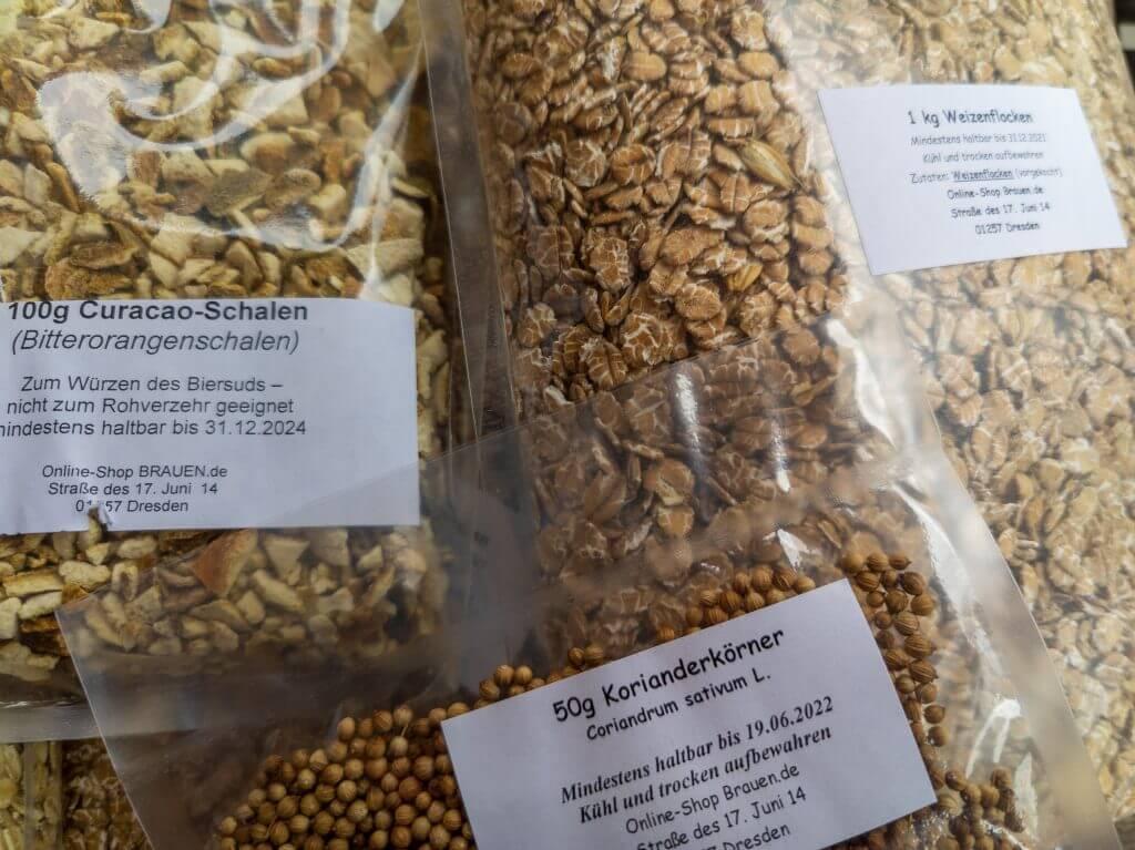 Weizenflocken, Pomeranzenschalen und Korianderkörner